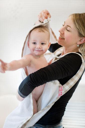 Capuchon van badhanddoek op hoofdje baby