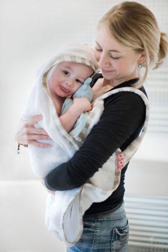 Baby bij mama in badhanddoek
